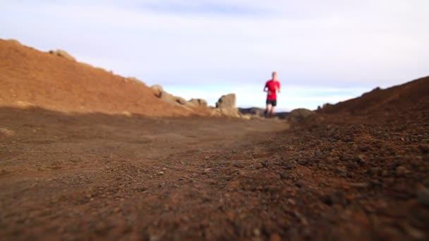 Junger Mann läuft auf Wanderschaft