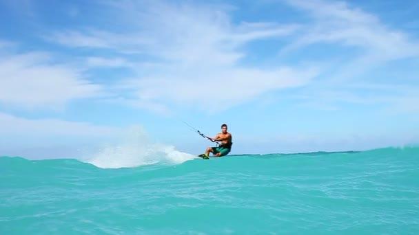 mladé fit muže kite surfingu v oceánu, extrémní letní sportovní hd