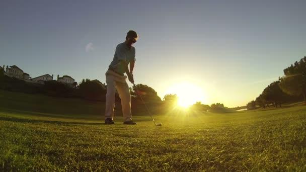 zpomalené mladý muž hrát golf na golfovém hřišti