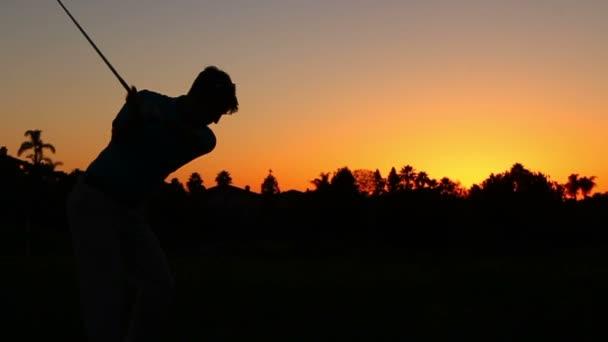 zpomalené silueta muže hrát golf na golfovém hřišti