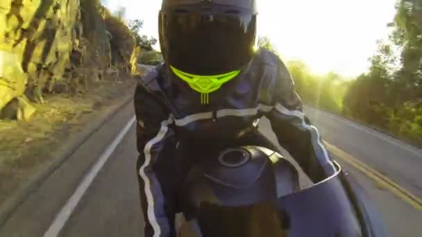 POV ember lovaglás motorkerékpár, naplementekor