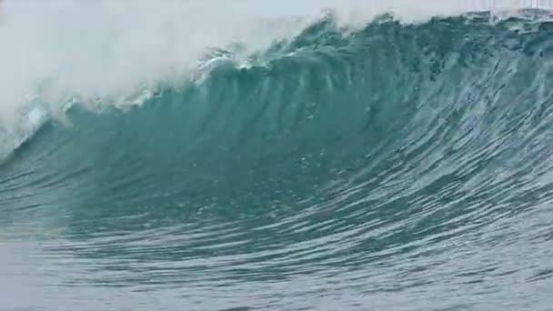 zpomalené modrý oceán vlna