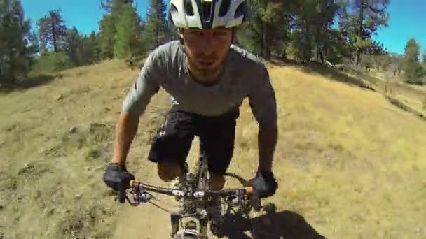 extrémní sjezd horských biker POV na stopě