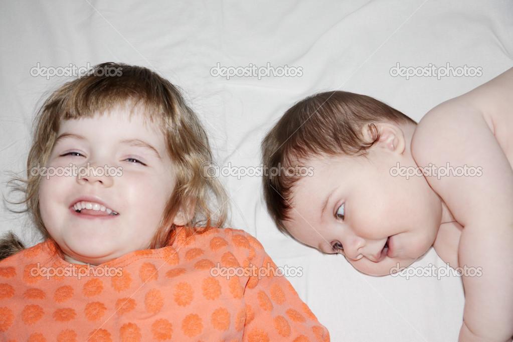 Брате сестра лежит на