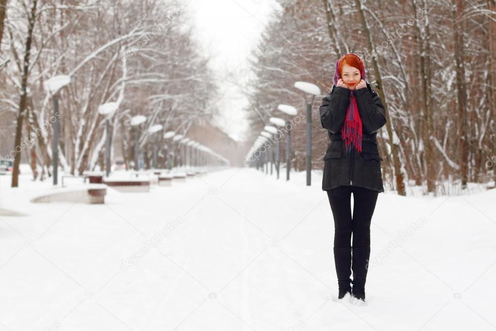 sch nes m dchen in schwarz steht am wintertag im freien im park stockfoto singulyarra1 39489045. Black Bedroom Furniture Sets. Home Design Ideas