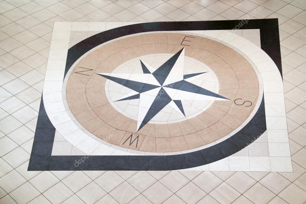 Grote Zwarte Tegels : Grote kompas ingelegd met zwarte en licht bruin tegels op vloer