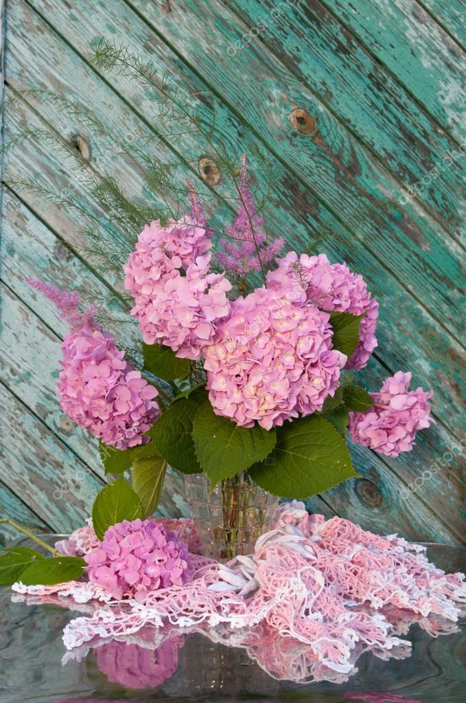 Stilleben blumenstrauss mit rosa Hortensie und Astilba auf dem alten ...