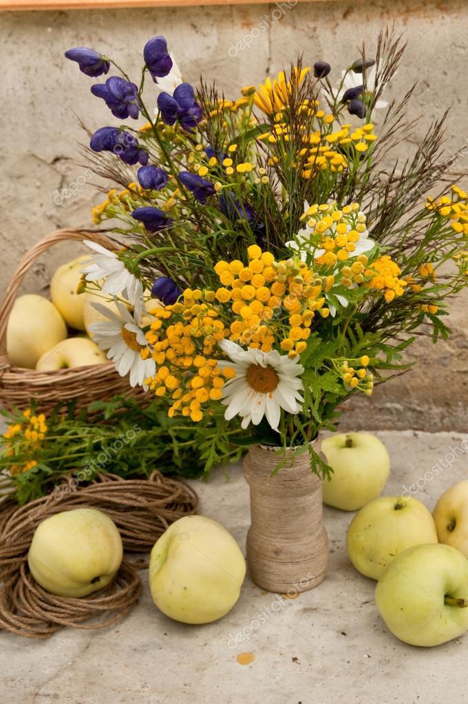 bouquet nature morte aux pommes jaune et le bleu des fleurs sauvages photographie elf 11. Black Bedroom Furniture Sets. Home Design Ideas