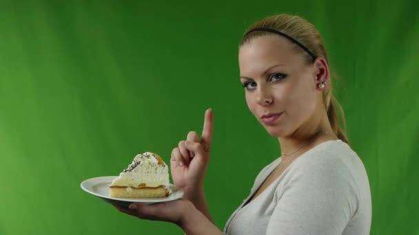 ragazza si rifiuta di mangiare la torta