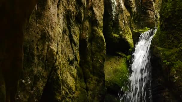 malý vodopád v jeskyni