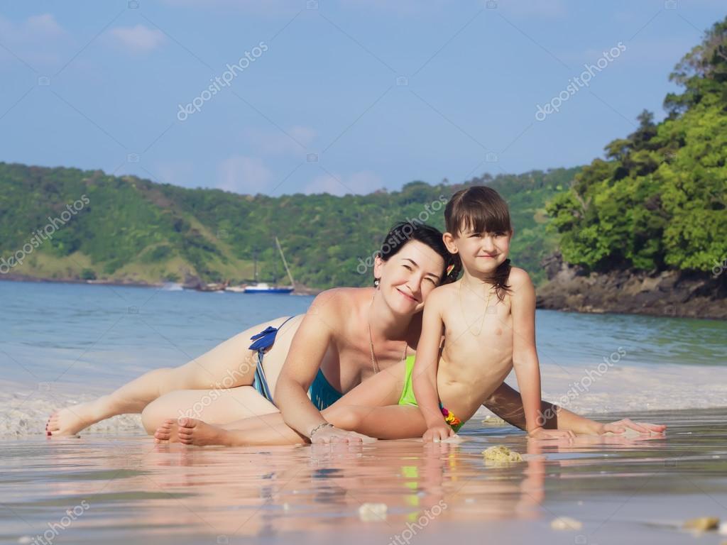 Папы мамы и дочки нудистки на пляже фото смотреть