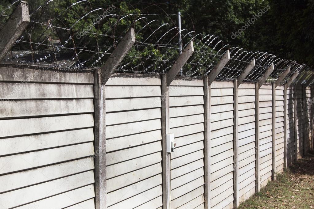 vorgefertigte Betonwand mit gestochen scharf Gezackter Sicherheit ...