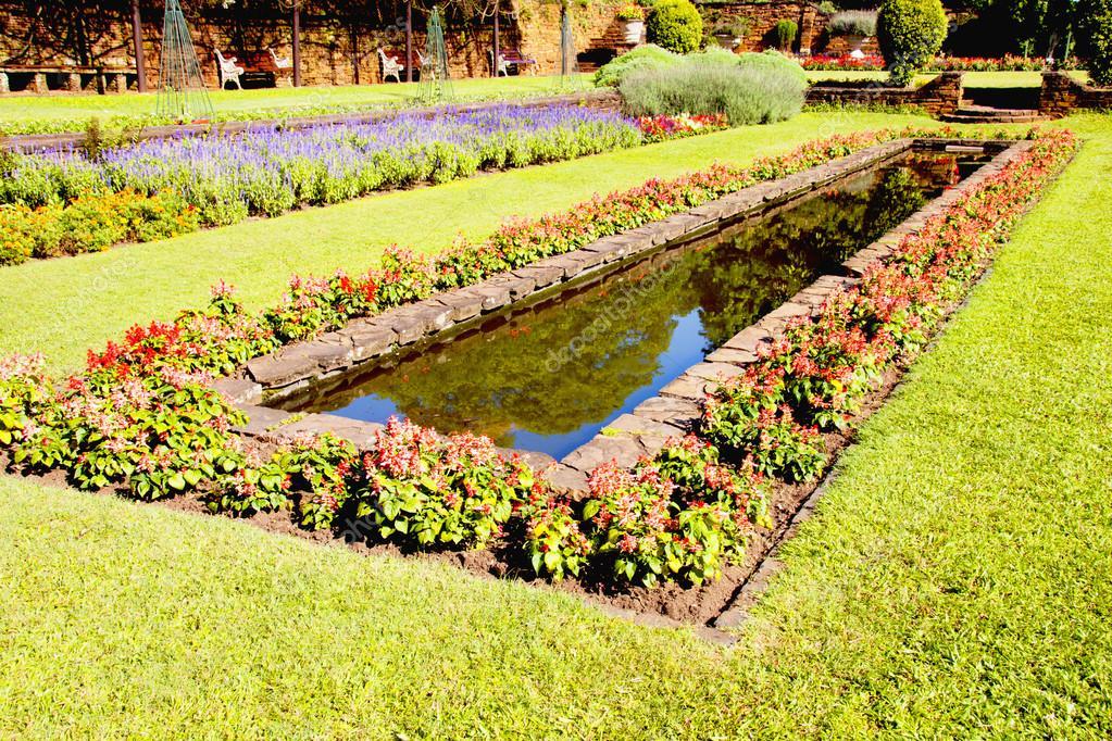 Formal Jardin Con Estanque Rectangular Fotos De Stock C Lcswart - Estanque-rectangular