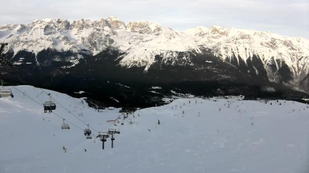 vrchol hory s svah pro sjezdové lyžování v Alpách Skiareál, lyžaři si užívají čerstvý prachový sníh na svahu. slunný zimní den v Alpách