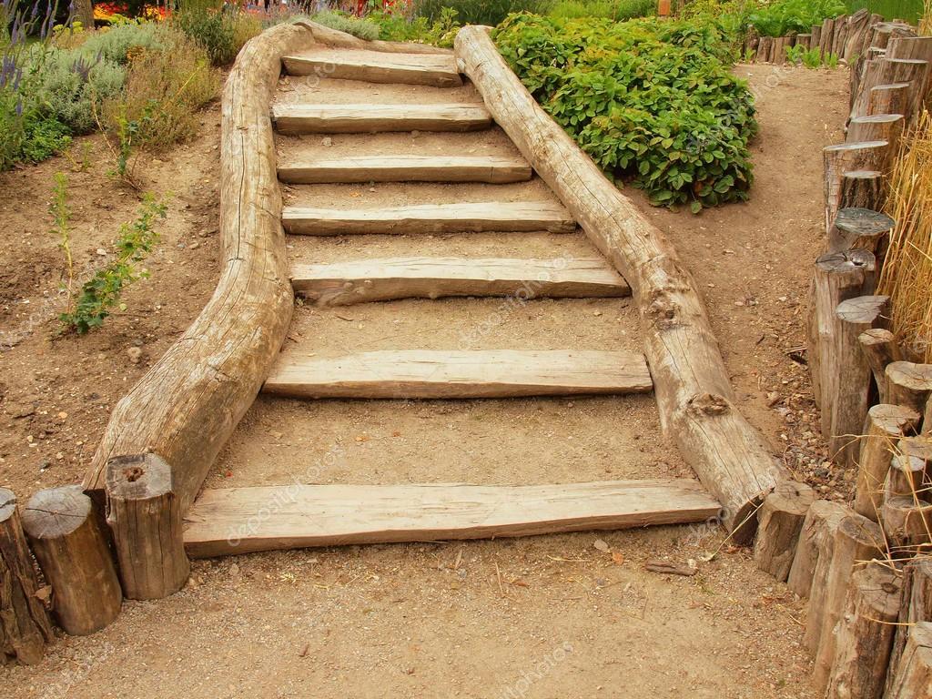 Vecchie scale in legno nel tradizionale giardino sentiero turistico foto stock rdonar 50319797 - Scale in giardino ...