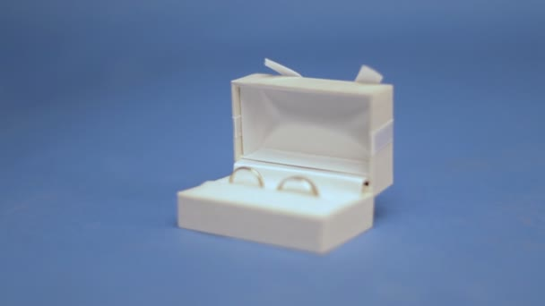 due anelli di nozze nella casella bianca sullo schermo blu