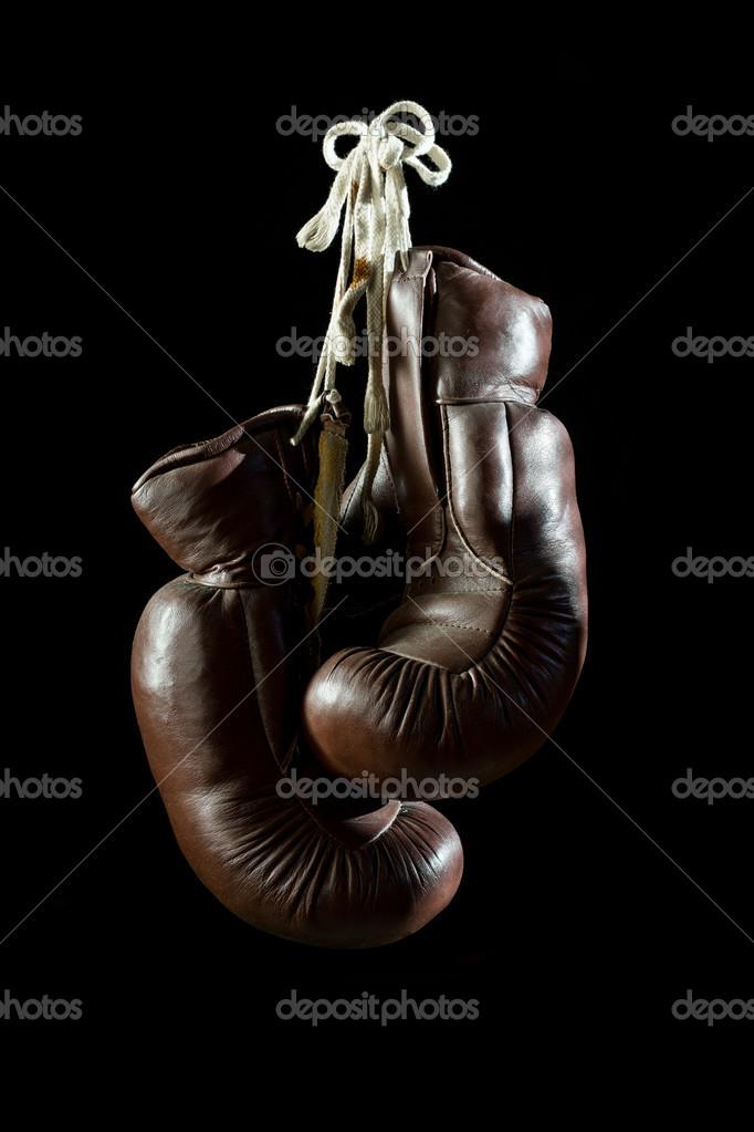 viejos guantes de boxeo, colgando — Fotos de Stock © Gutzemberg ...