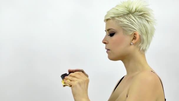 Blondine isst Schokolade