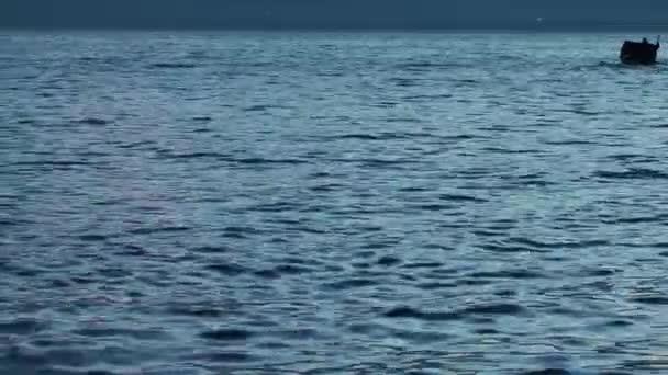 rybářská loď v moři
