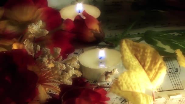 Gyertyák virágok és zenei jegyzetek