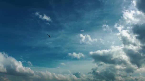Helle Wolken im Zeitraffer