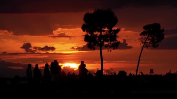 silhouette tramonto e persone