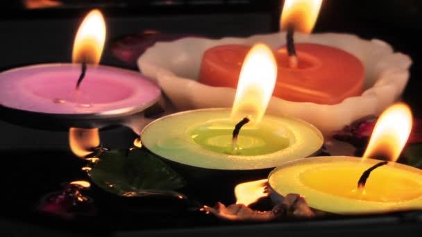 svíčky a suché listí na vodě