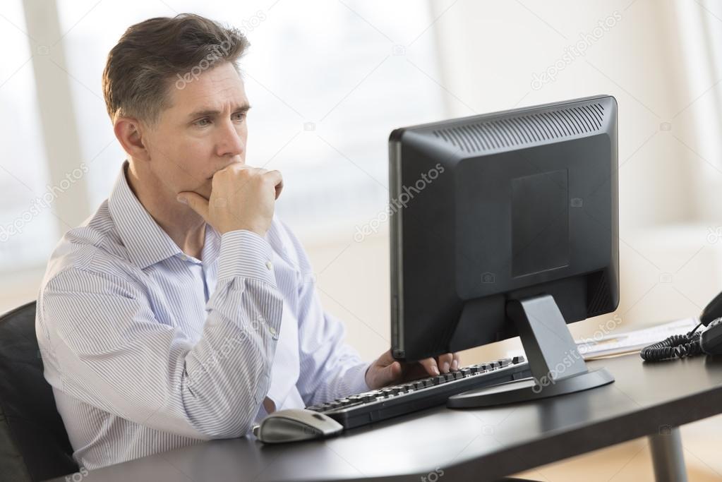 Empresario trabajando en pc de escritorio de oficina for Pc de oficina