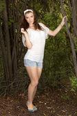 Nedbale oblečená mladá dívka s dlouhými vlasy