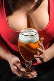 Fényképek Nő a piros póló gazdaság pohár sör
