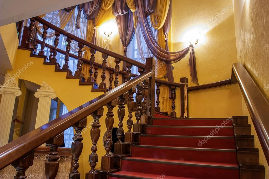 escalera de madera en una casa de lujo u foto de stock