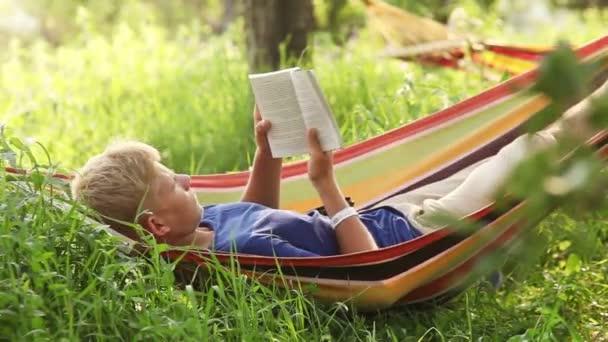 Entspannen Sie, lesen letzten Bestseller in gemütliche Hängematte
