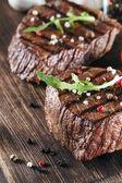 Zavřete dva šťavnaté tlusté části lahodné pečené nebo grilované hovězí steak