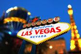 Las Vegas Zeichen mit Vegas Strip im Hintergrund