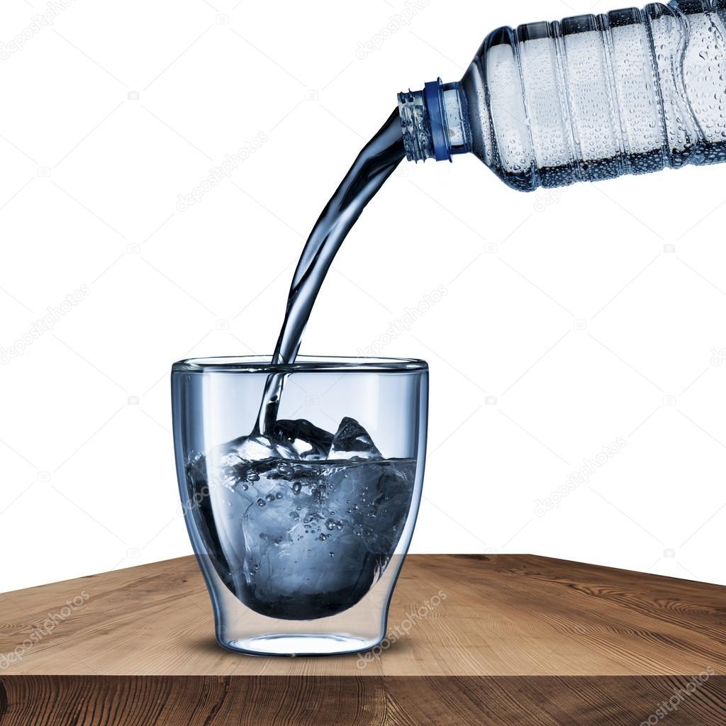verser l 39 eau de bouteille d 39 eau verre photographie somchaij 30160635. Black Bedroom Furniture Sets. Home Design Ideas