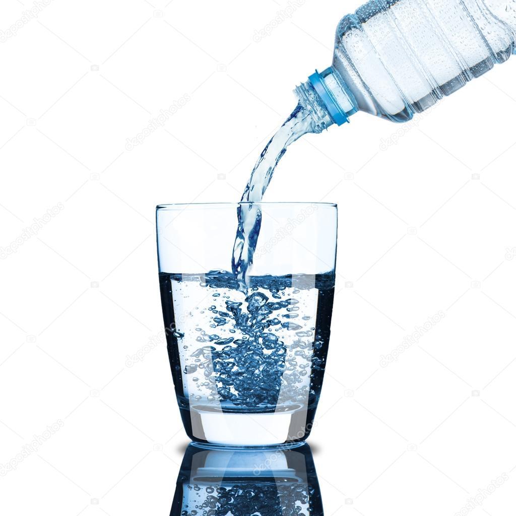 Bouteille d 39 eau froide verser de l 39 eau au verre photographie somchaij 30219145 - Bouteille d eau en verre ikea ...