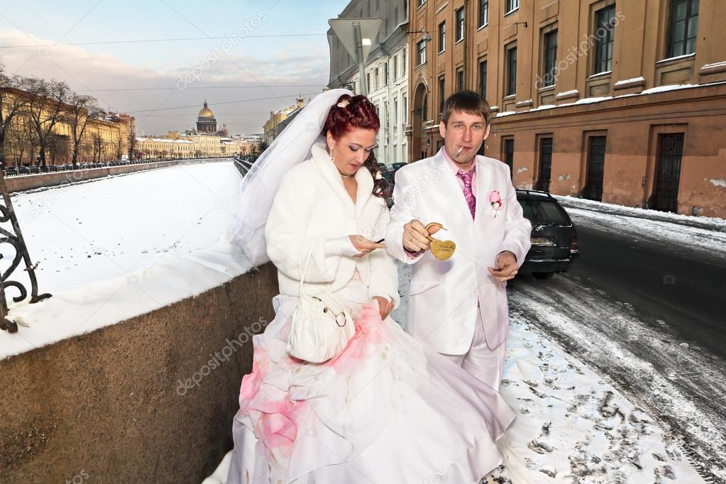 les nouveaux mari s en tenue de mariage avec un verrou dans le contexte de l 39 hiver saint. Black Bedroom Furniture Sets. Home Design Ideas