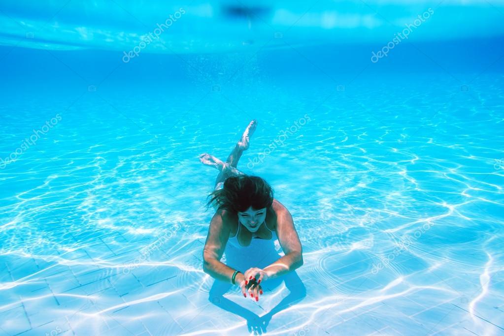 Ragazza nuota sott 39 acqua in piscina foto stock toshket 45937441 - Acqua orecchie piscina ...