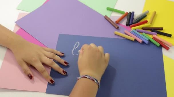 mladá dívka zápis do školy