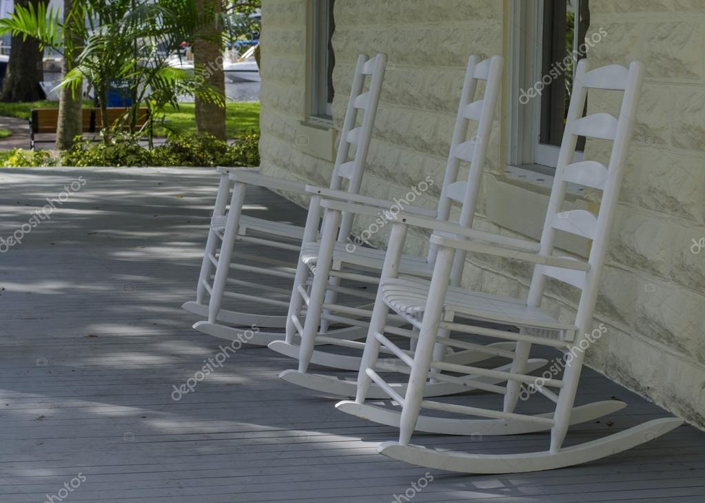 Sedie A Dondolo Depoca : Sedie a dondolo su un portico u foto stock ivo