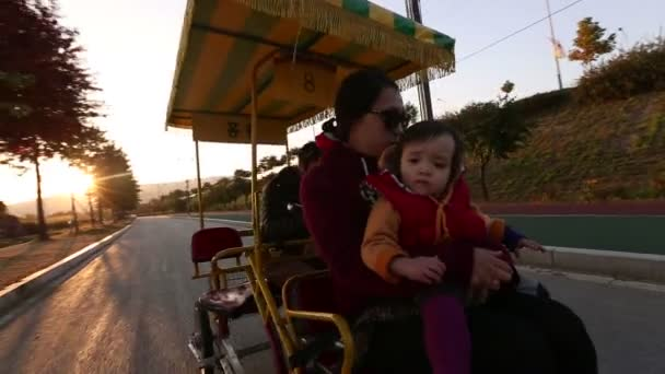 rodina v pedálu autobus
