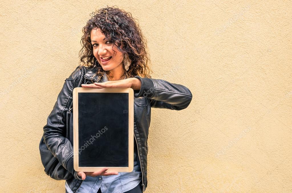 Menina sensual moda com quadro negro pequeno vazio u stock photo