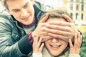 Fotografie junger Mann für die Augen ein freudig überrascht Freundin