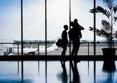 Familie in einem schönen Moment am Flughafen warten auf Abfahrt