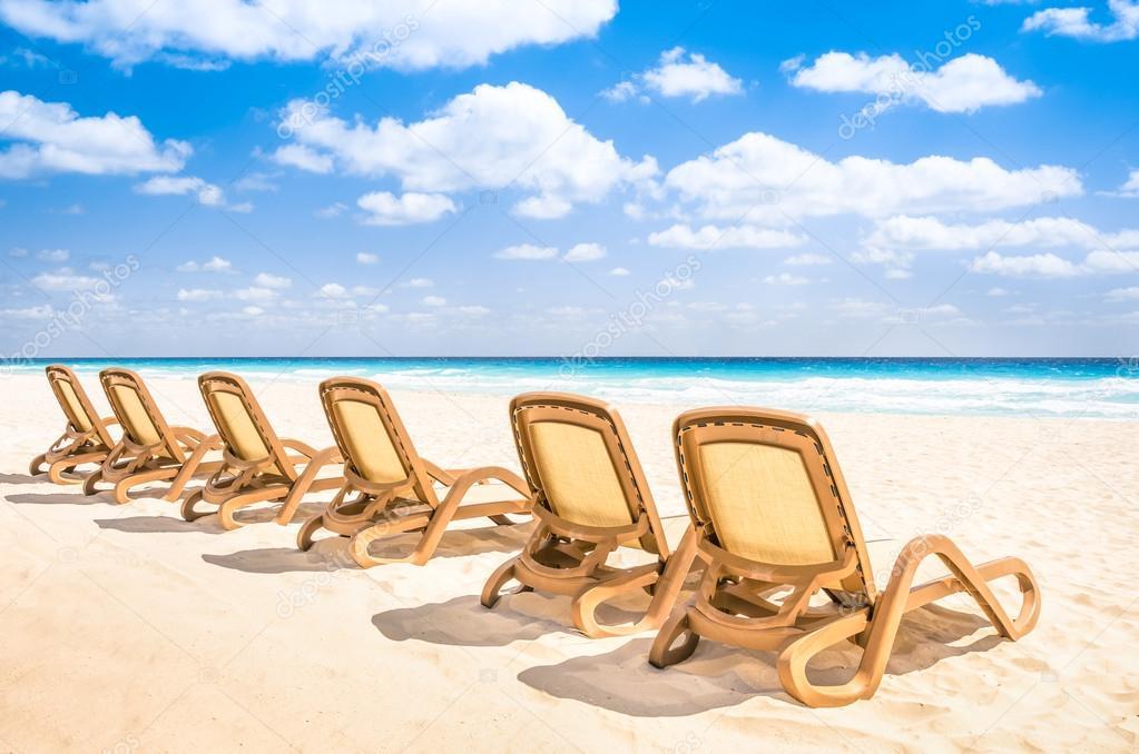 Sonnenbänke Chaiselongue tropischen leeren Strand und türkisfarbenem ...