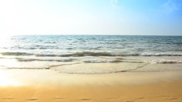 vlna na pláž a slunce
