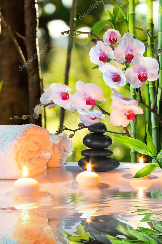 masaje spa composicin con velas orqudeas piedras de jardn u foto de stock