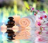 Fotografie Příprava na masáž v bílém s ručníky, kameny v zahradě
