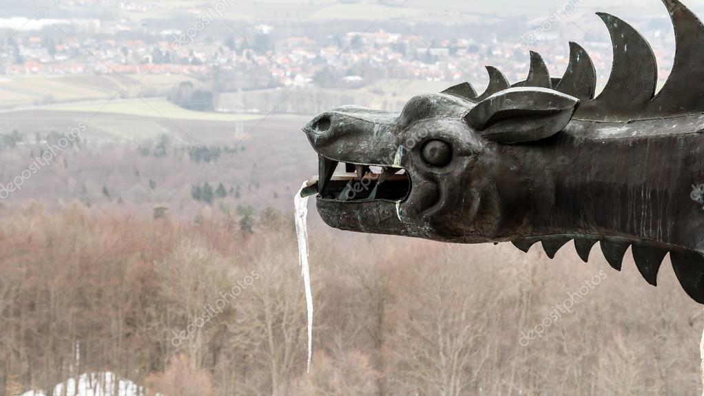 Quadro drammatico di una statua di drago medievale congelati con
