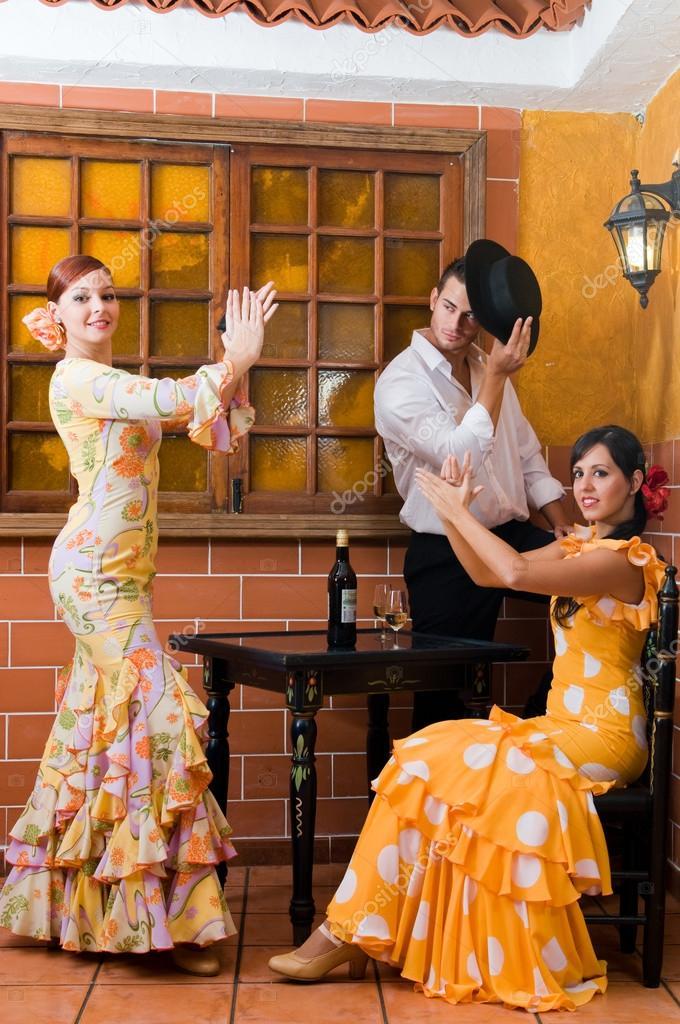 a695cd5897 Mujeres y hombre en flamenco tradicional vestidos de baile durante la feria  de abril de abril España — Foto de ...